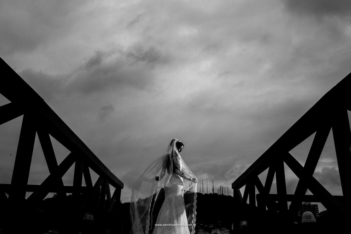 Céu dramatico carregado de nuvens, noiva linda e bem vestida, preto e branco perfeito.