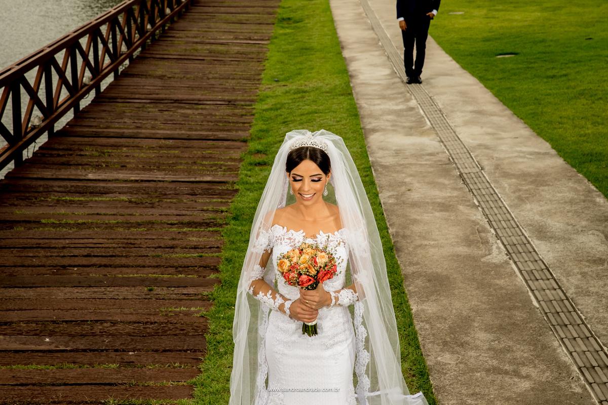 Composição perfeita, linhas, uma noiva segurando o buque e os pés do noivo aparecendo, caminhando em direção a sua amada.