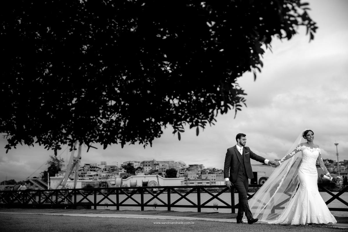 Caminhando de mãos dadas pelo museu, linda fotografia preto e branco deste casal maravilhoso.