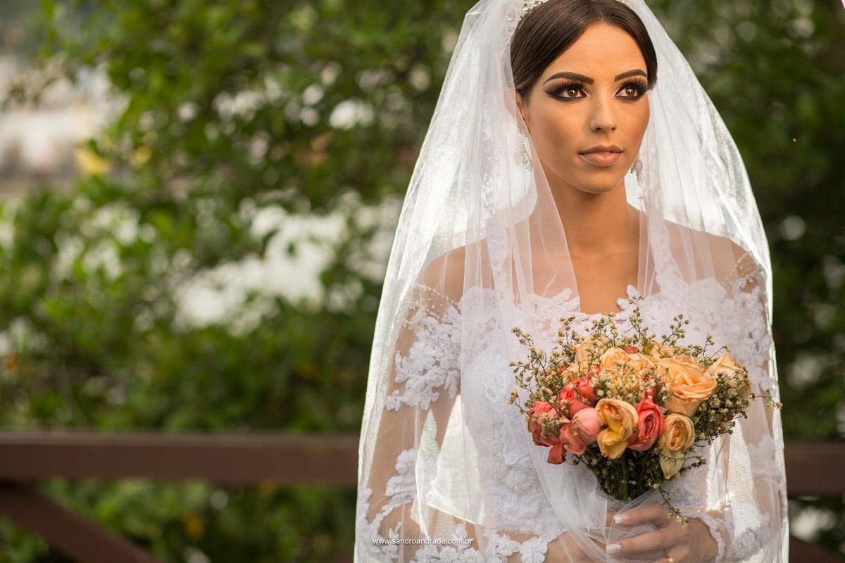 Noiva linda, maquiagem perfeita, vestido lindo, uma belissima composição.