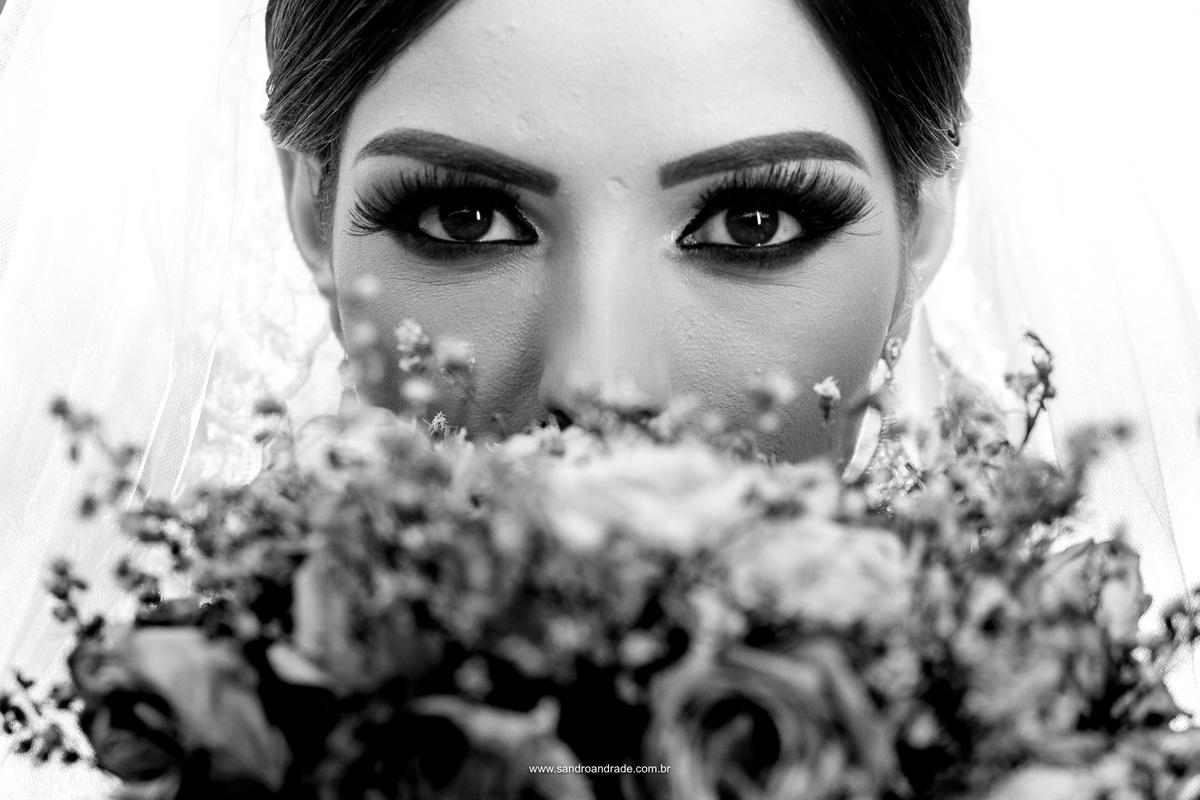 Detalhes do buque e o olhar da noiva em preto e branco.