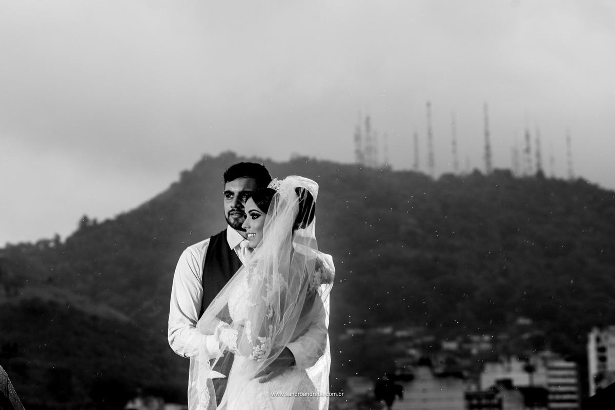 Lindo retrato dos noivos preto e branco.