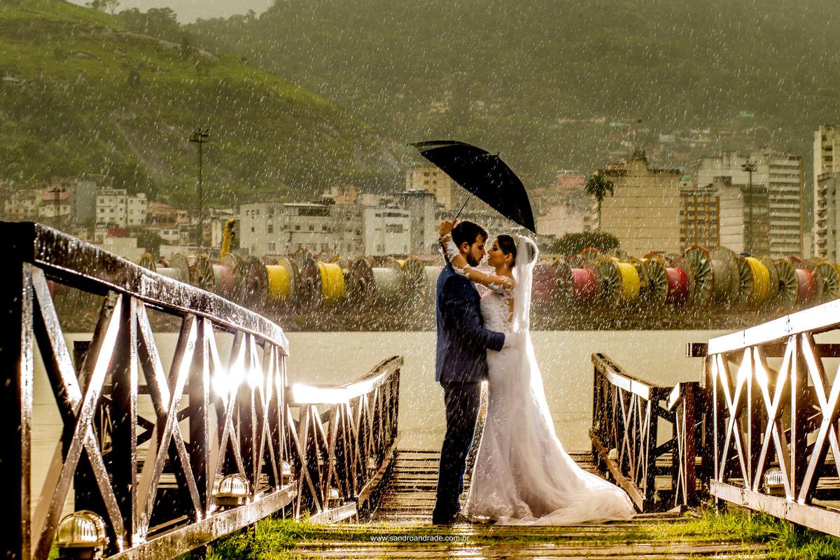 Quase um dançando na chuva...esta fotografia é linda, o casal se olhando e a chuva caindo.