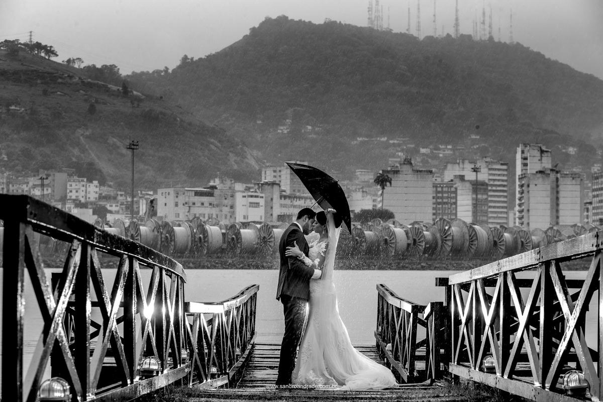 Preto e branco show, muita chuva e amor deste casal apaixonado e recém casados.