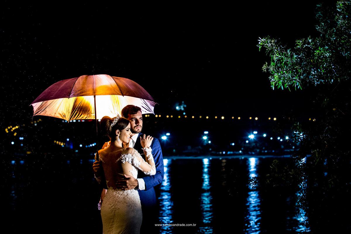 Muita cor, um casal lindo e chuva.