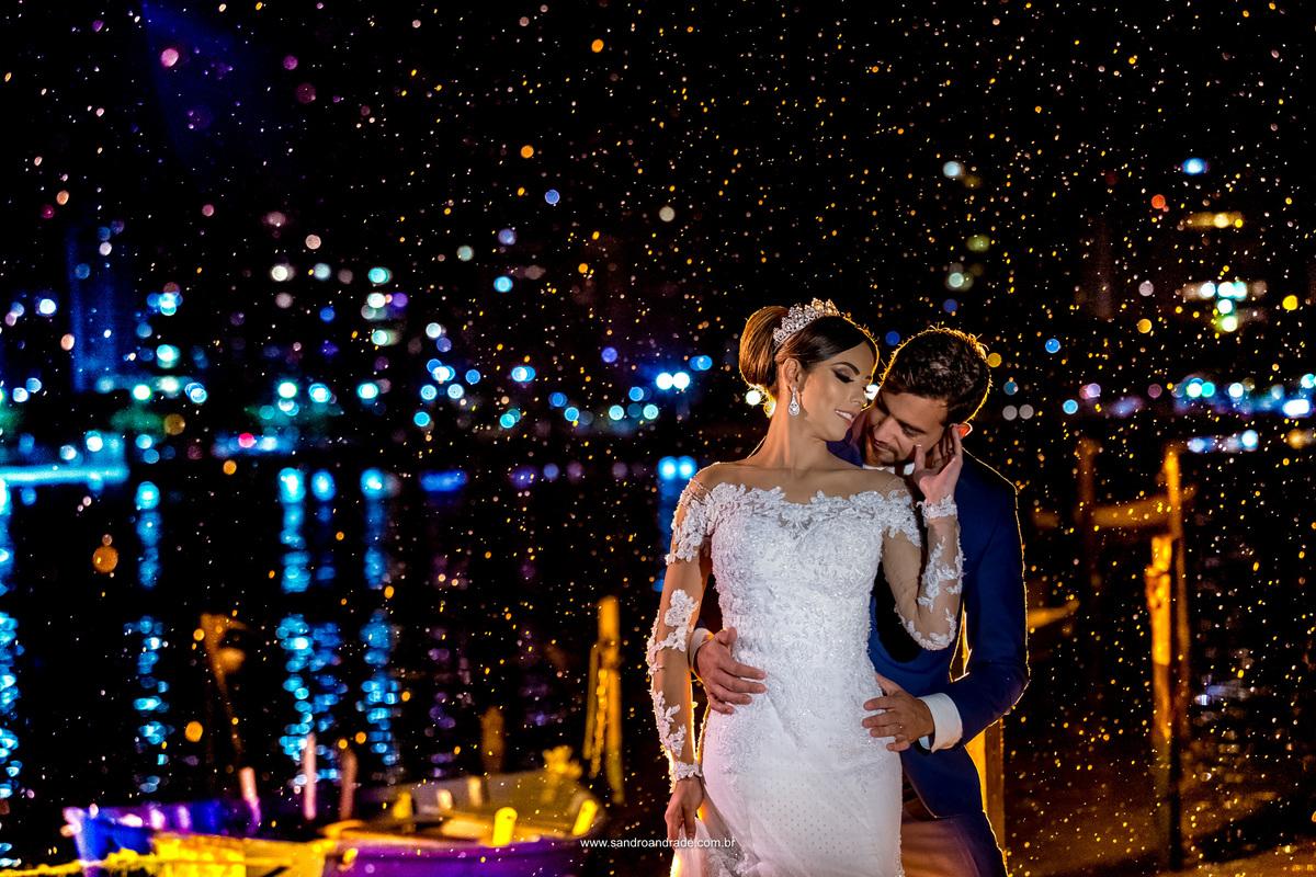 Na Ilha do Frade ele beija sua amada no ombro, um gesto de carinho e amor que muda tudo e completa esta fotografia.