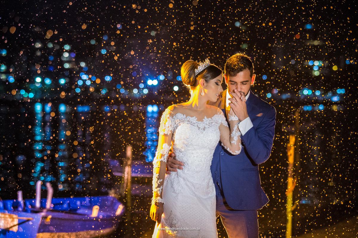 Com um beijo na mão de sua amada eles posam para o fotografo de casamento Brasilia Sandro Andrade.