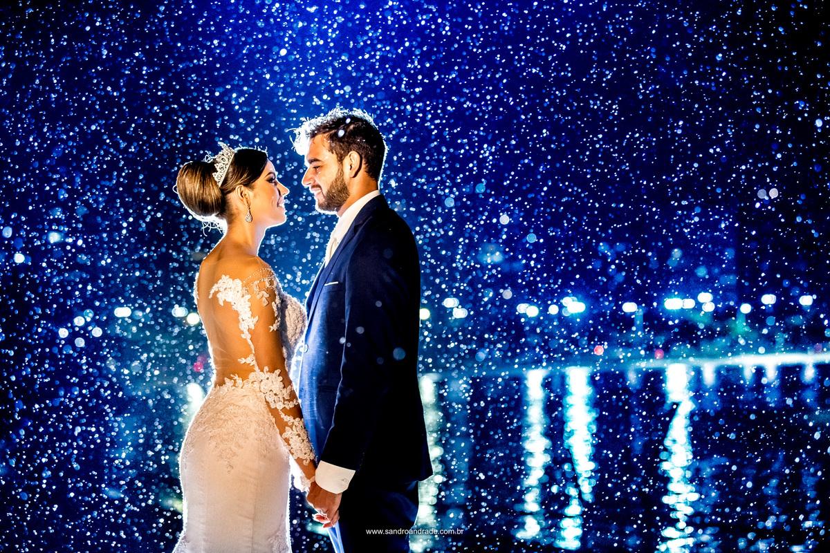 Luz de contra azul, a preferida deste fotografo e um casal cheio de amor em baixo da chuva, tudo que Sandro gosta, algo diferente e inusitado.