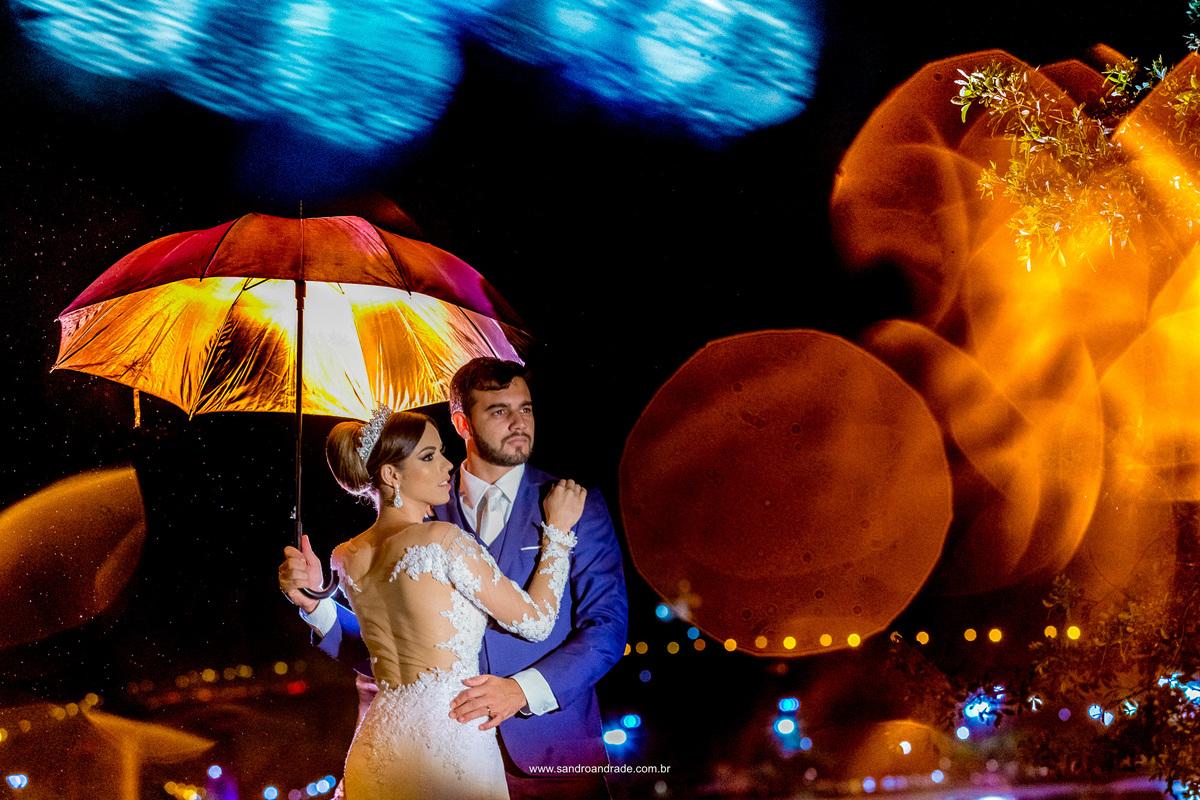 E com esta imagem linda encerramos este ensaio pós casamento deste casal maravilhoso em uma fotografia unica, repleta de dupla exposição, efeitos da chuva e cores, marca registrada do fotografo Sandro Andrade.
