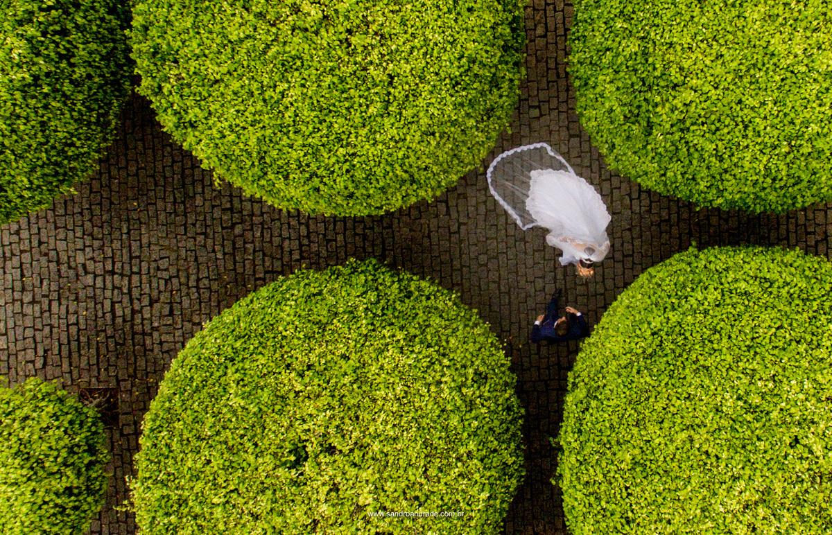 Feita de cima com o drone Sandro Andrade um dos melhores fotografos de casamento do df, fez esta perfeição de foto com composição perfeita dos noivos indo ao encontro um do outro em meio ao arbusto.