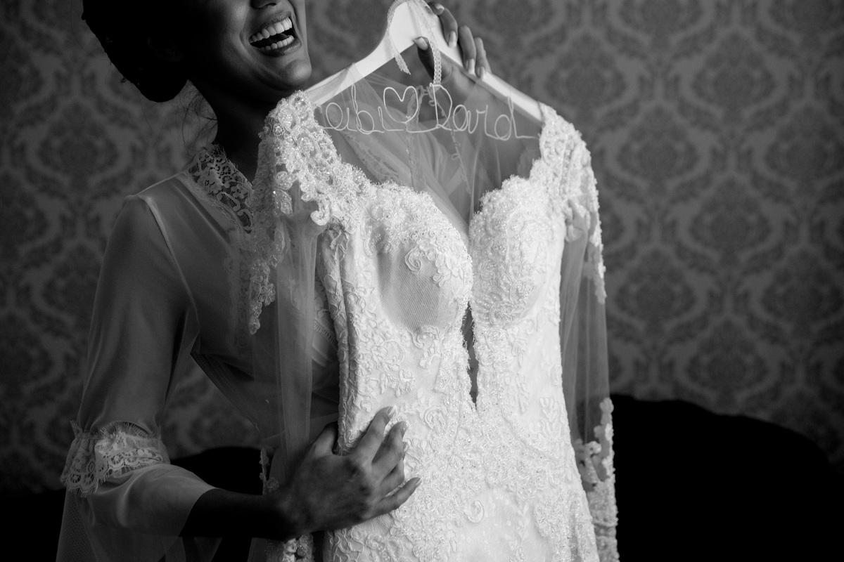 Um sorriso verdadeiro e a emoção de tocar seu lindo vestido de noiva