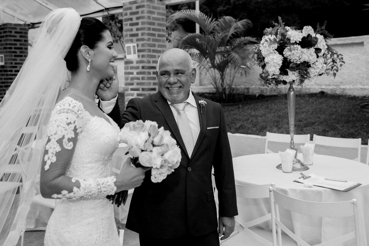 Emocionado o pai da noiva toca seu rosto...como você esta linda minha filha.