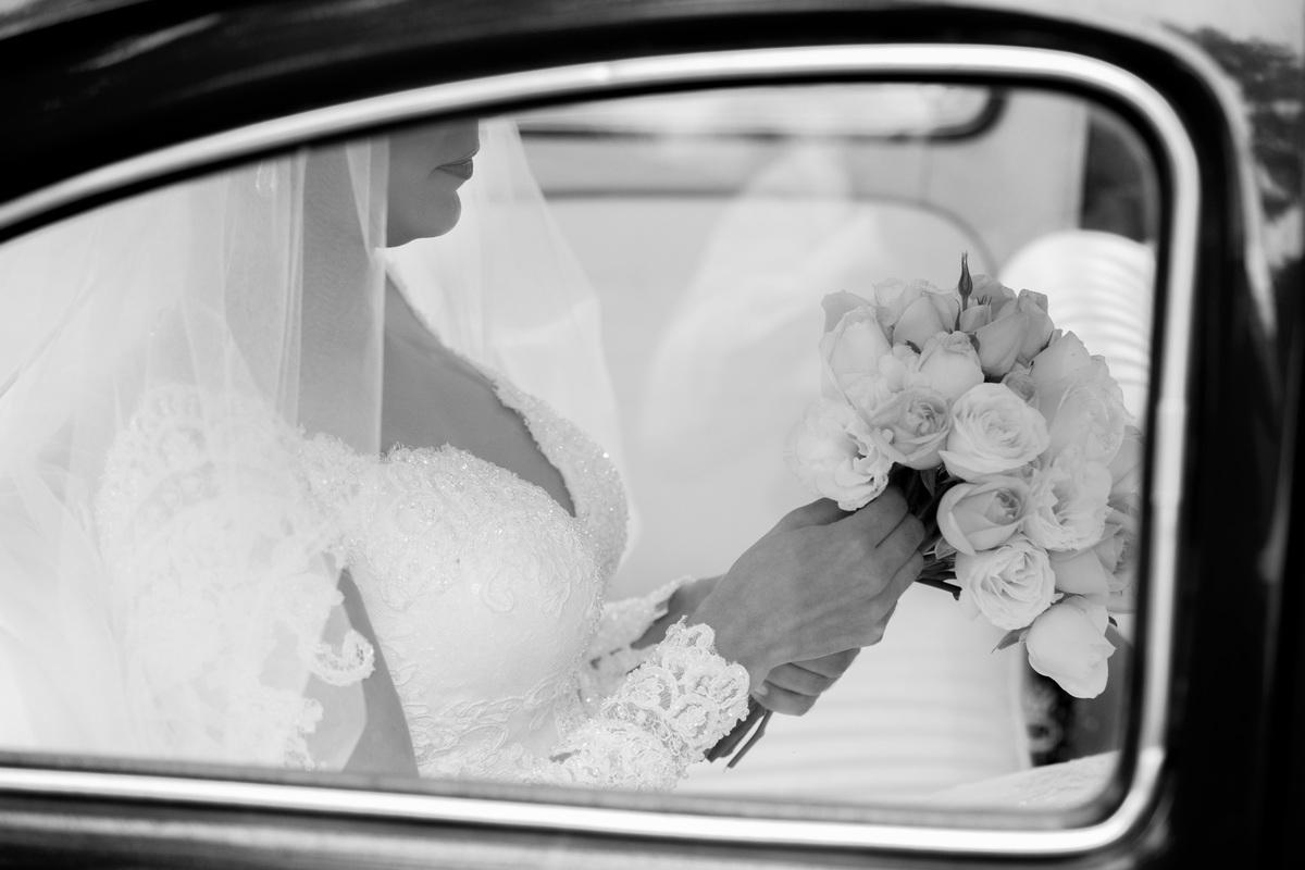 Conferindo seu lindo buque de noiva, uma linda fotografia preto e branca, registro feito pelo melhor fotógrafo, seu irmão, fotógrafo de casamento DF