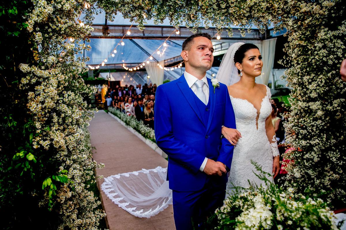 Emocionados no altar, os dois estão lindos, ela em um lindo e arrasador vestido de noiva e ele em um terno azul lindo, como disse a noiva, azul bic, rsrs