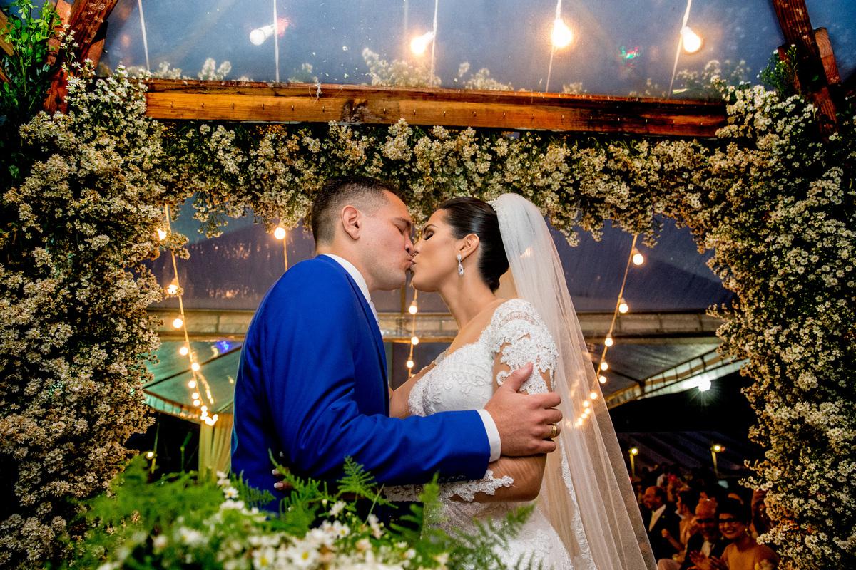 O beijo dos noivos, linda fotografia colorida feita pelo irmão da noiva fotografo do DF, mas que carinhosamente até o Espirito Santo fotografar o casamento de sua irmã.