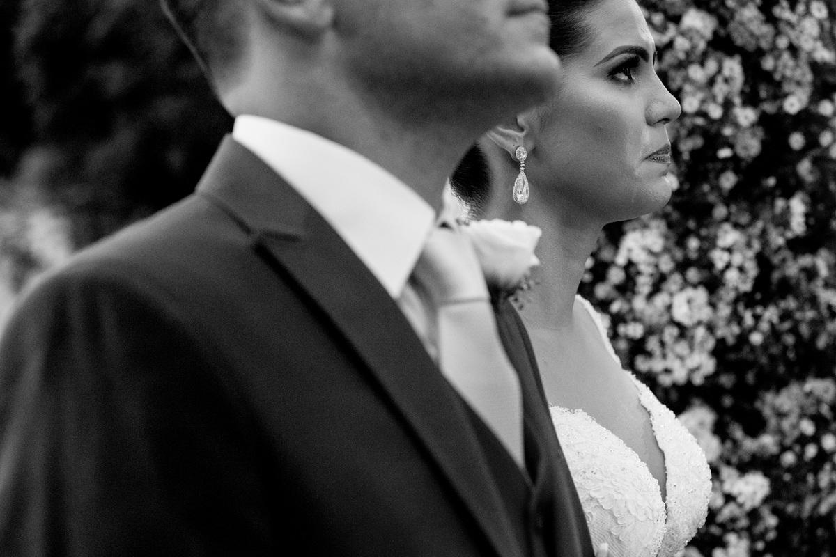 Linda fotografia da noiva, emocionada ela olha para o alto.