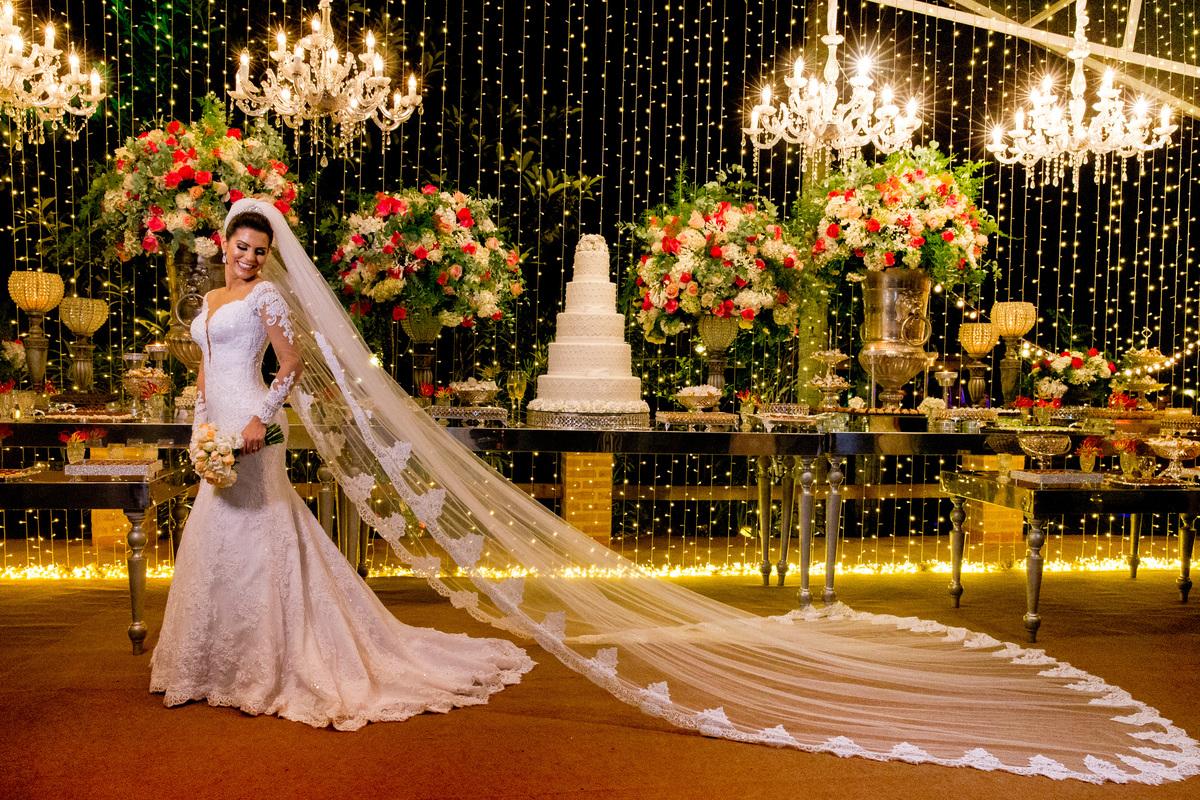 Linda e maravilhosa, esta noiva é show, na frente da mesa do bolo que está tão deslumbrante quanto ela, decoração linda feita pelo decorador Marcelo Moura.