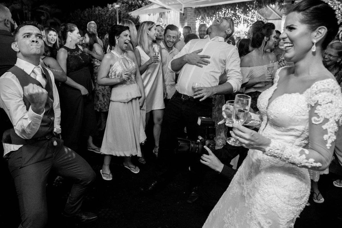 rsrsrs, o noivo abre o ziper da calça e coloca o dedo para fora, não sei qual foi da coreografia, mas todos cairam na risada.