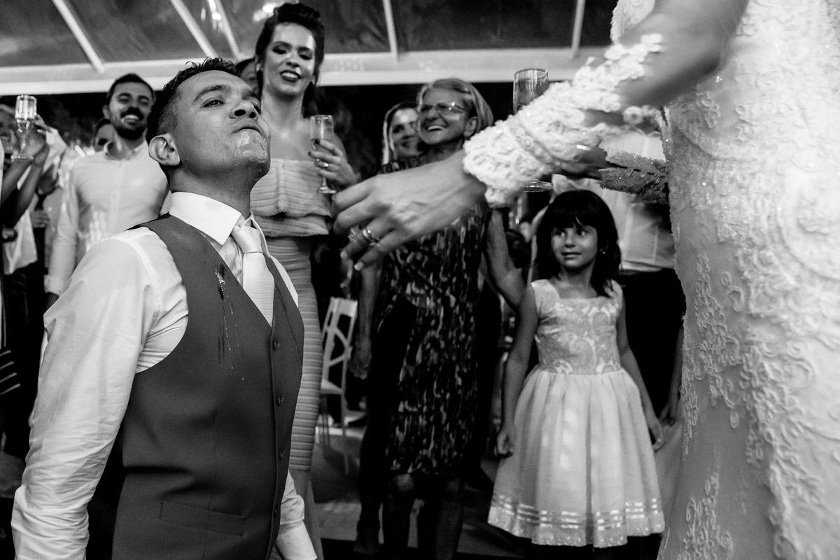 os noivos ainda na boate com a pinga toda intornada no rosto e na roupa, rsrsr