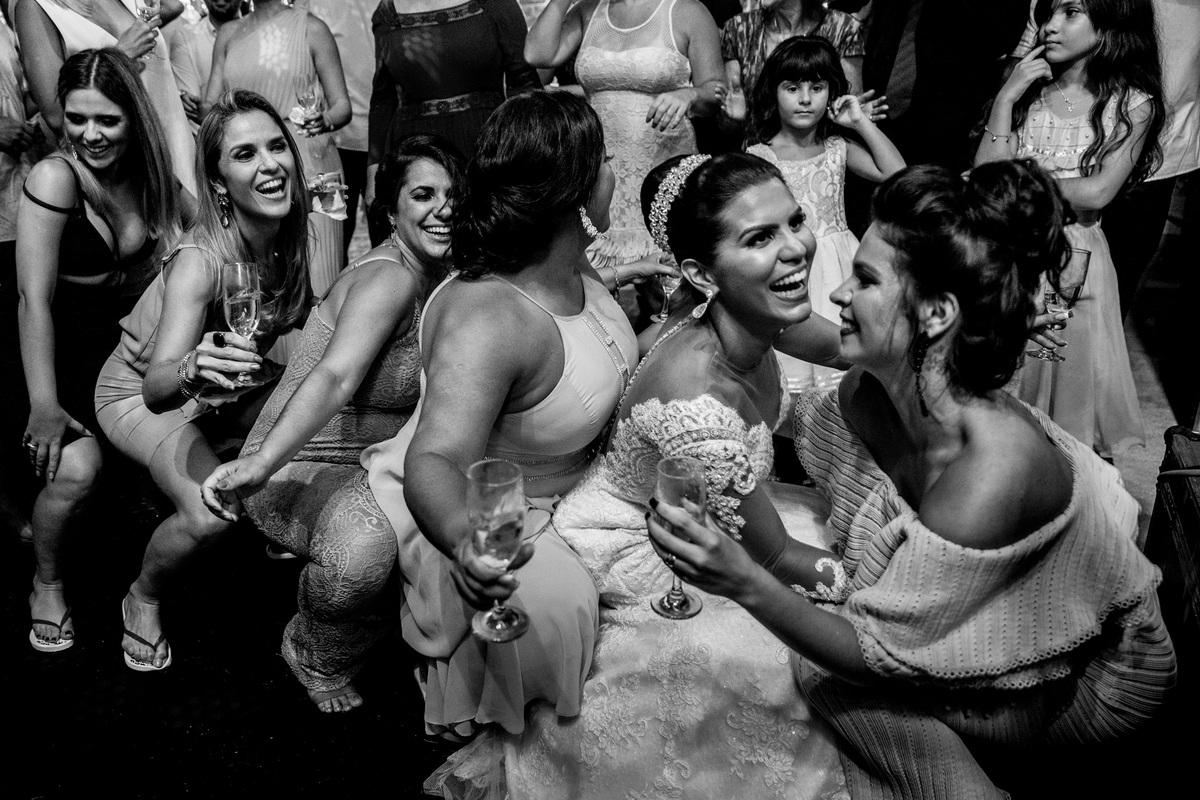 De vestido de noiva junto com as amigas ela foi até o chão, chão, chão, chão...