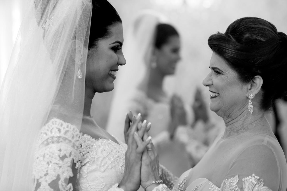 Um toque de mãos, um olhar, chegou o momento da despedida de sua mãe, agora ela terá a sua casa e seguirá sua vida junto com o marido.