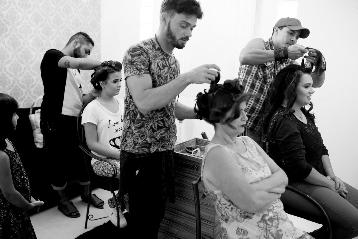 Mãe da noiva, cunhada e madrinha, sobrinha da noiva, todas fazendo o penteado para a festa linda que está para acontecer