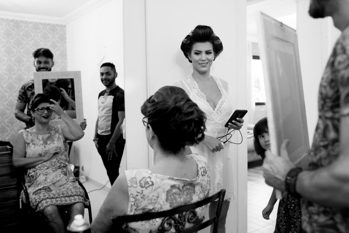 A noiva conferindo o penteado de sua mãe, lindas