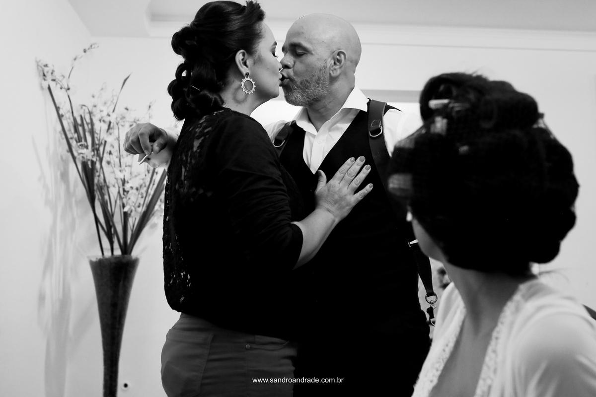haha...o fotografo faz uma pausa nas fotos para dar um beijinho em sua esposa, madrinha do casamento e a noiva observa, rsrs