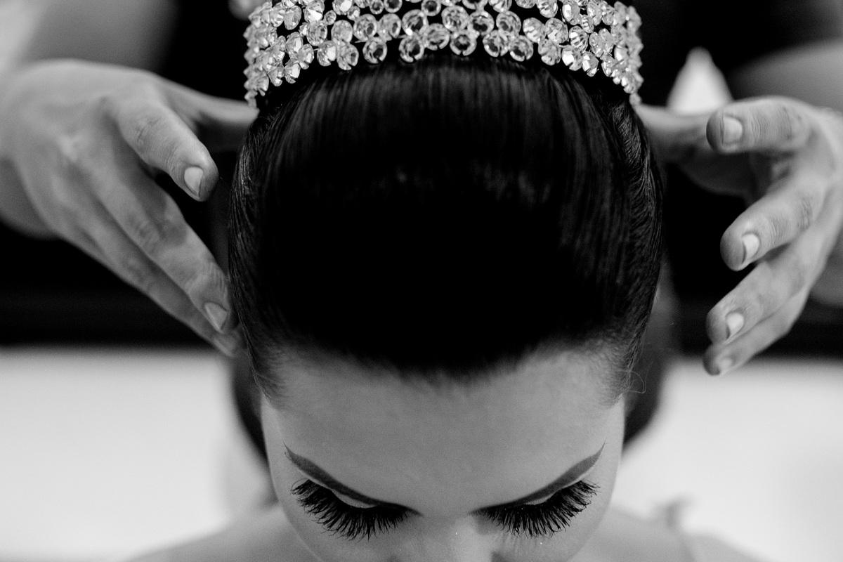 Ultimos ajustes do penteado, colocando a coroa da noiva.