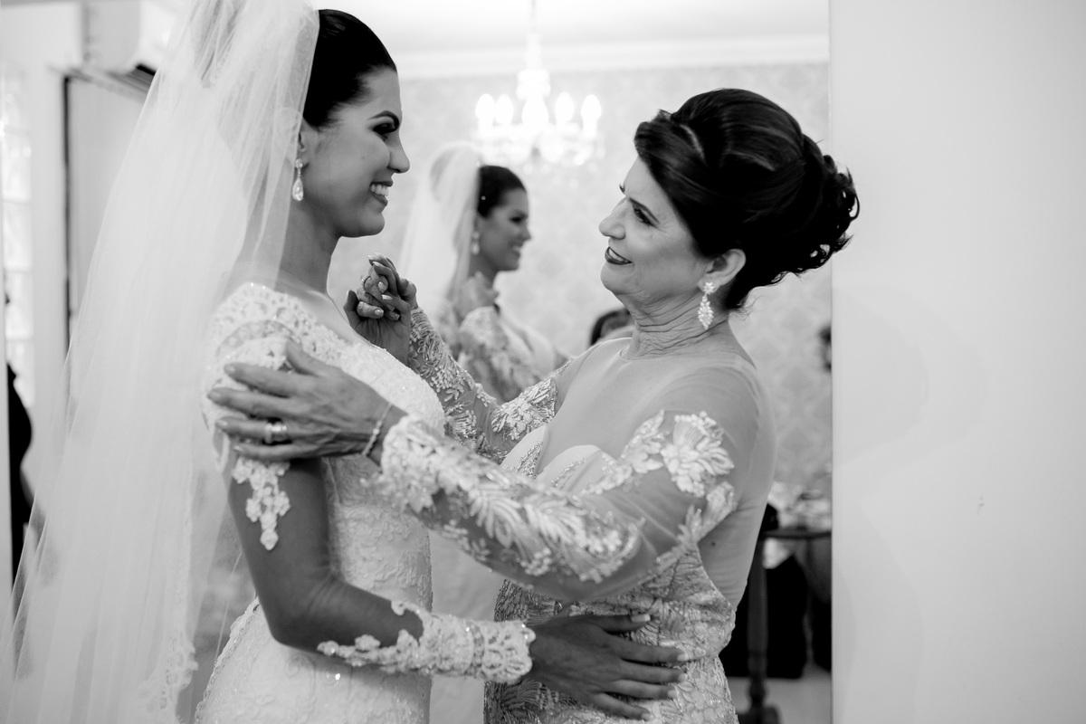 Emocionadas, mãe e filha se olham, uma ultima vez antes do casamento começar.