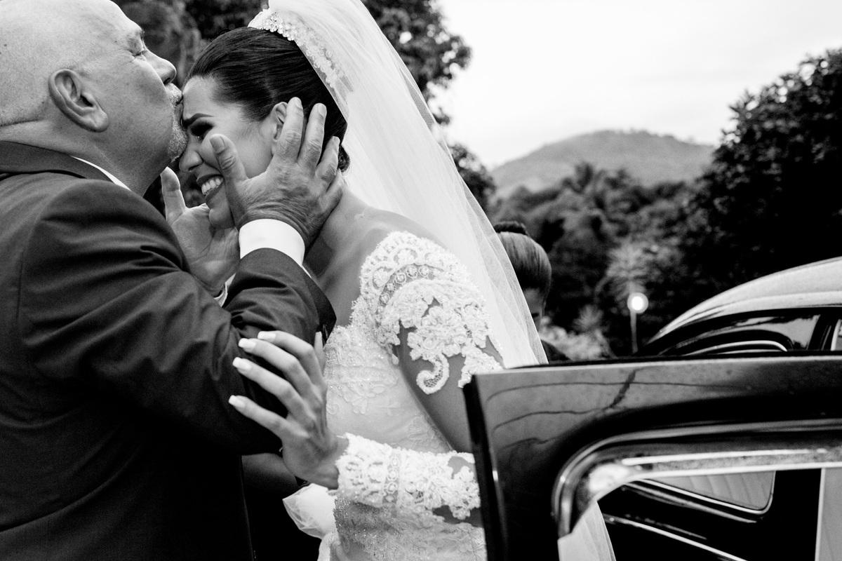 Descendo do carro a primeira coisa que ela ganha...um beijo de seu pai, emocionado. Linda fotografia preto e branco.