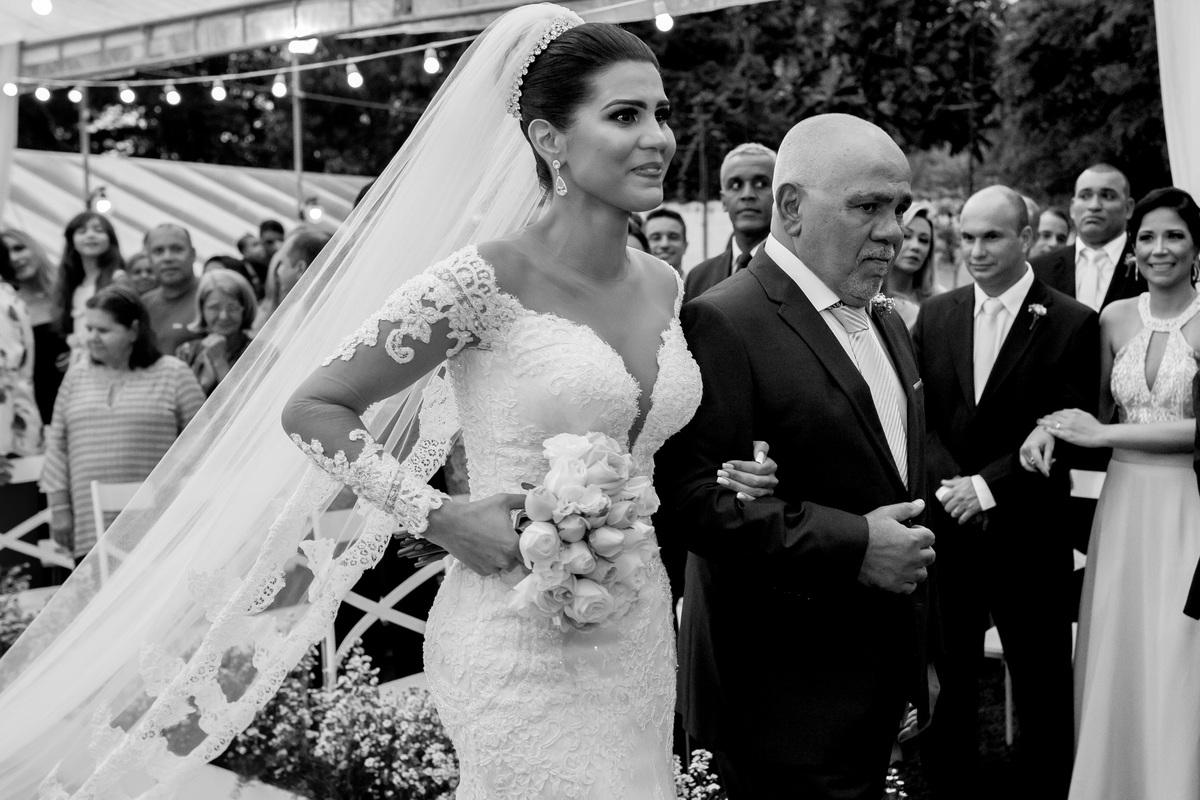 Entrada da noiva com seu pai, ela emociona-se ao ver seu noivo.