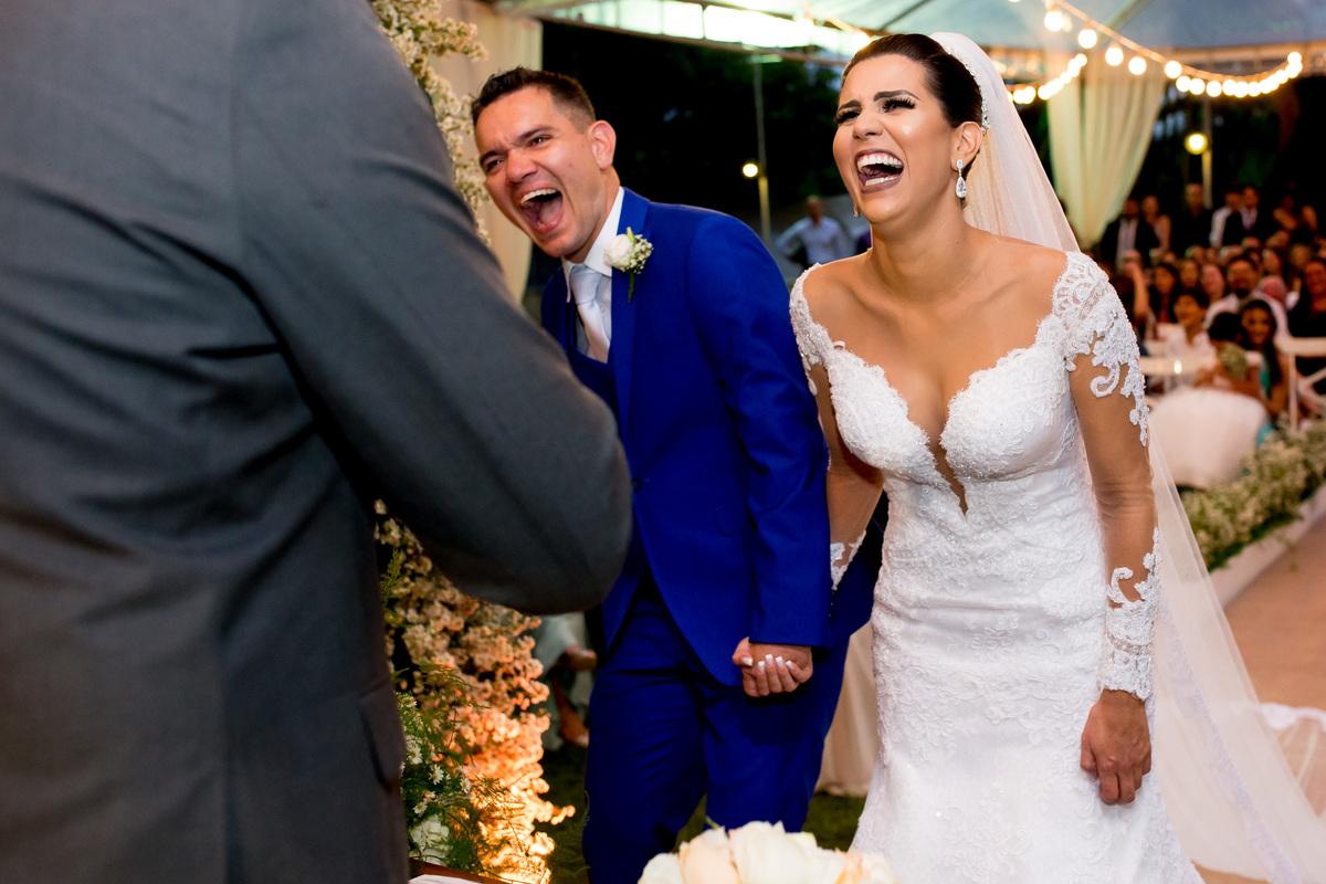 Momento de descontração, depois do choro vem o sorriso e o pastor retira do novo casal de marido e mulher uma gargalhada daquelas.