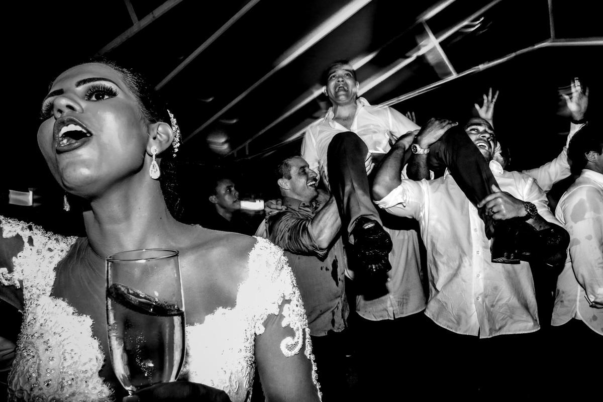 o noivo sendo carregado pelos amigos na boate e a noiva se acaba dançando muito