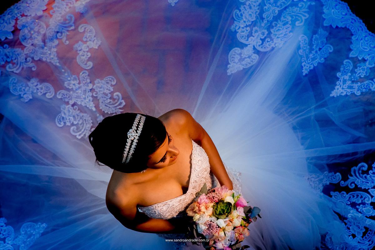 Detalhes da noiva, belissima fotografia colorida em tons de azul e uma noiva lindo no centro.