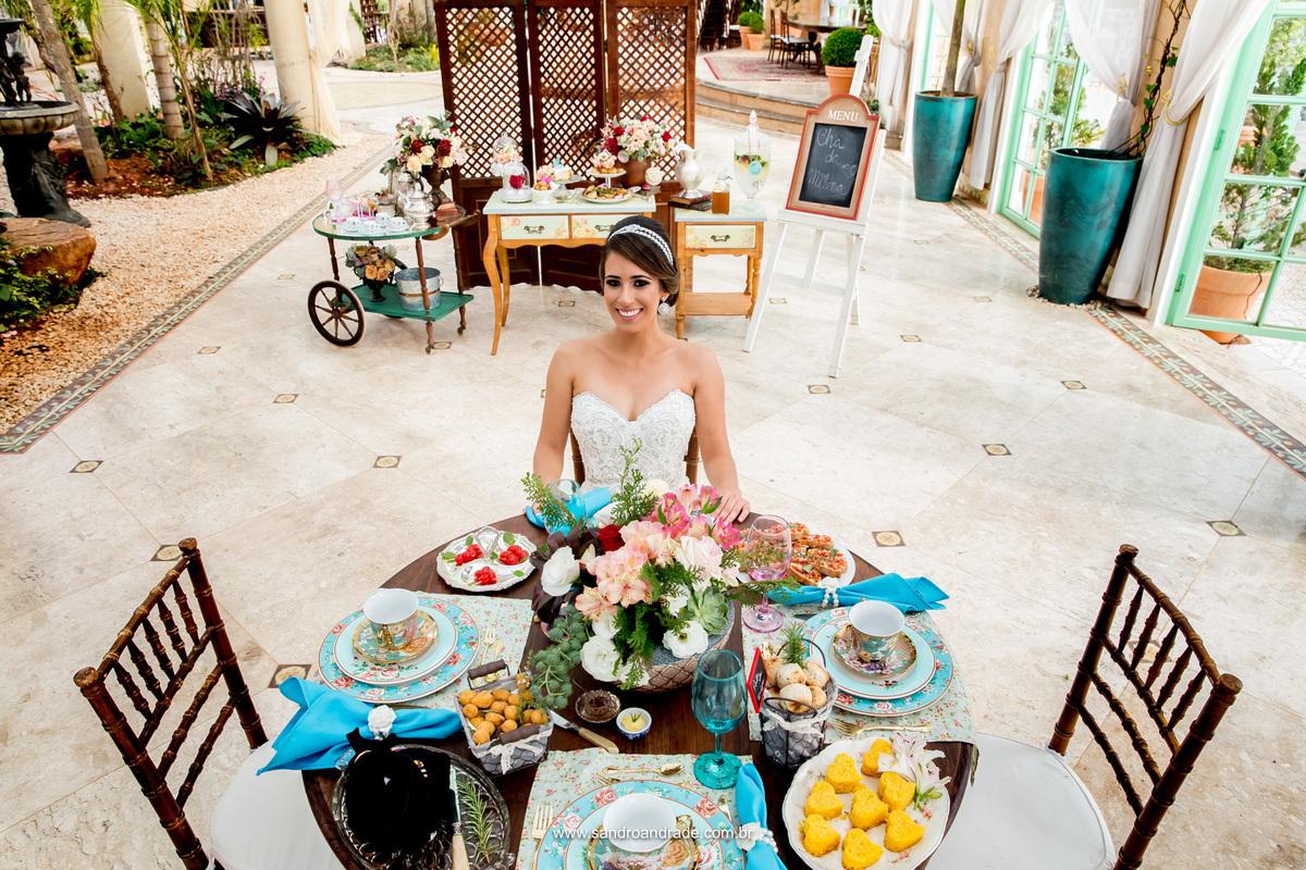Nossa linda noivinha tomando seu chá da Villa, feito por Ana Terra Giardini, neste belissimo espaço.
