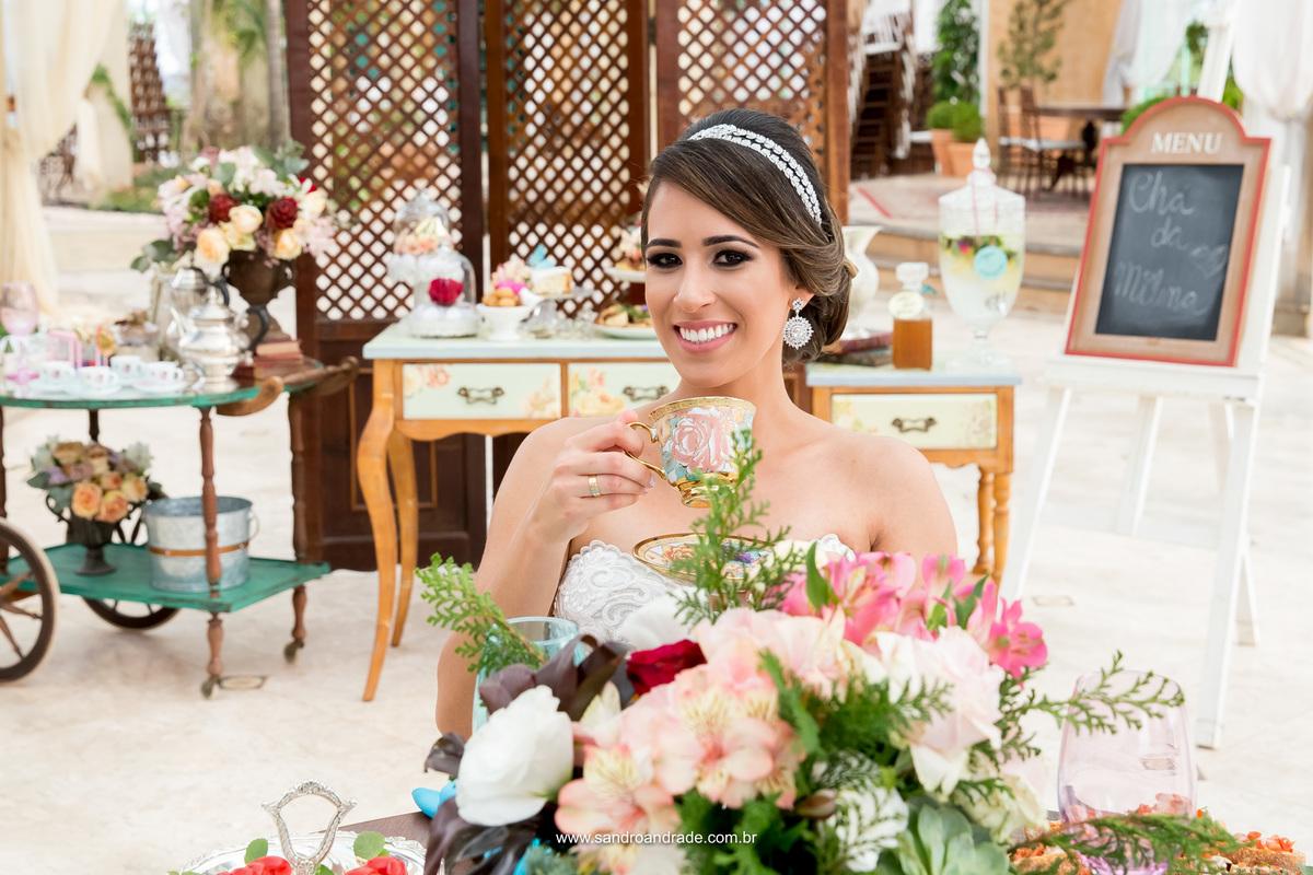 Tomando seu chá, ela sorri para fotos, presente do seu fotógrafo, Sandro Andrade.