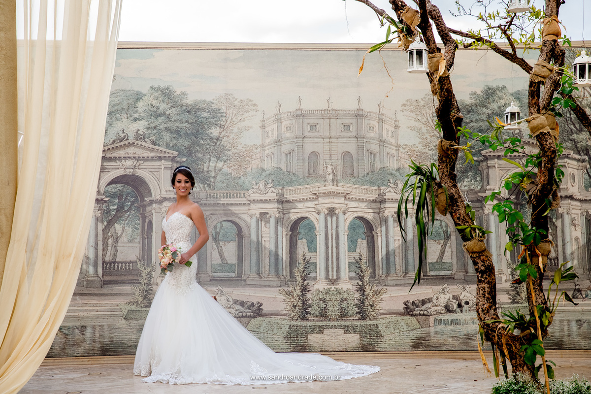 Fotografia da noiva, no salão principal da Villa Giardini.