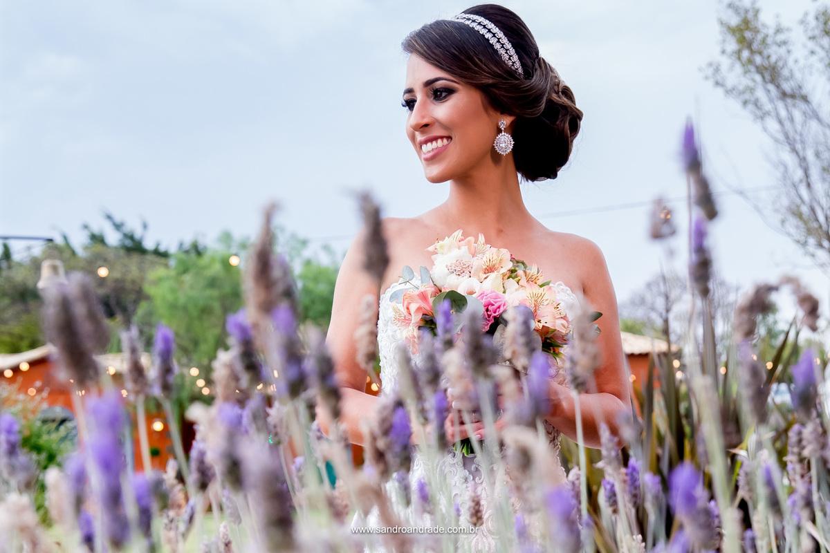 Linda fotografia da noiva, com seus lindos acessórios de noiva e buque, maquiagem impecável feita por Le Blanc Cabelo e maquiagem, linda atrás das lavandas, uma fotografia maravilhosa, um colorido encantador.
