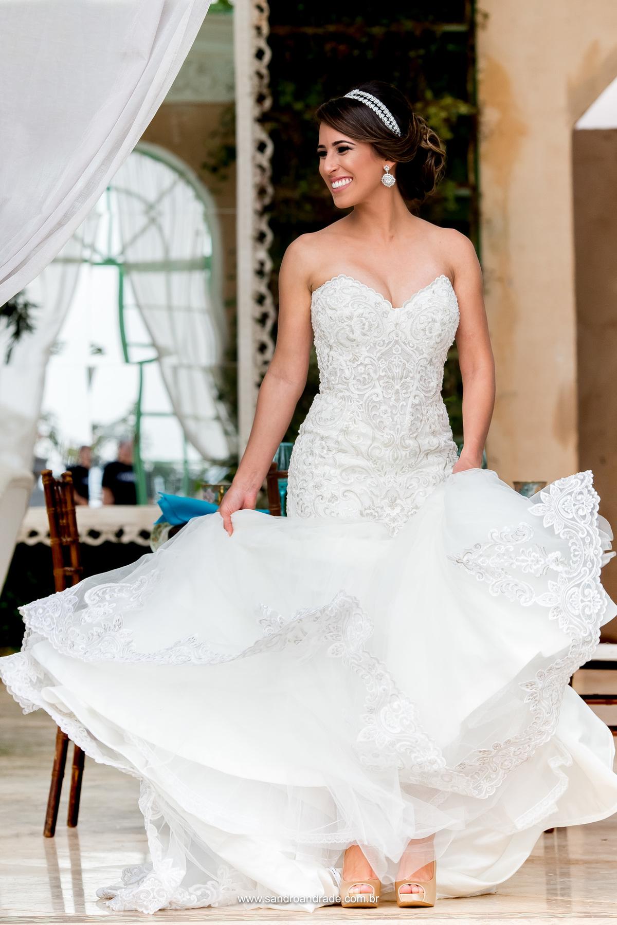 Linda fotografia da noiva, retrato da linda noiva Milena registrado por Sandro Andrade fotógrafo de casamentos, uma fotografia linda de noiva com criatividade e técnica pegando o movimento do vestido.