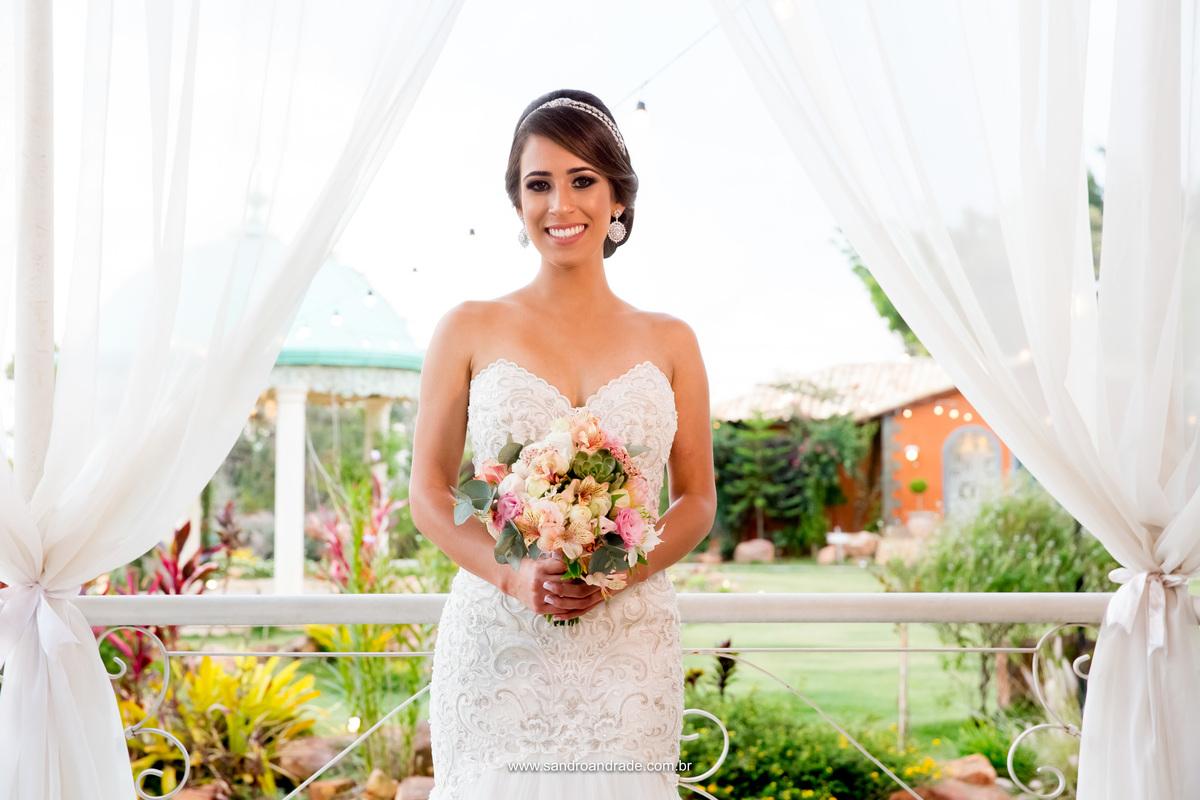 Linda demais, a noiva e seu lindo buque em destaque, feito por Dhyana Giardini.