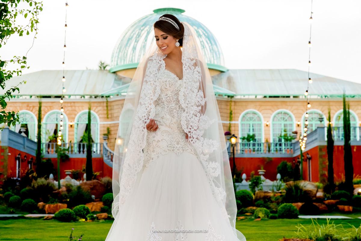 A noiva com seu vestido lindo e sua mantilha de um angulo diferente, um colorido maravilhoso.