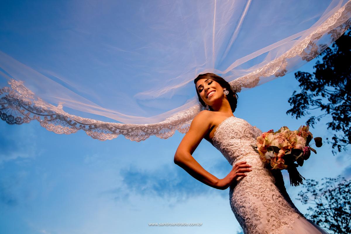 Um lindo céu azul, uma belissima mantilha, um vestido lindo, buque lindo e uma noiva linda, iluminada e abençoada por DEUS.