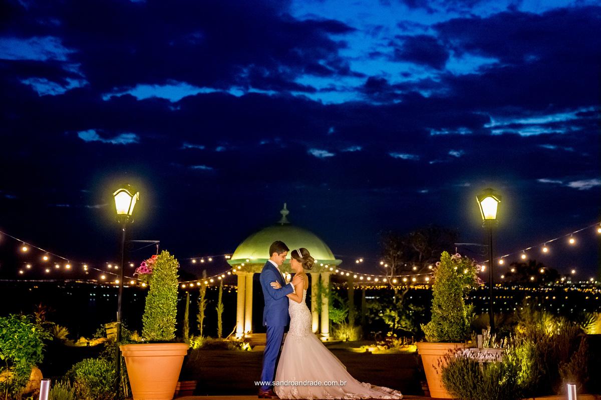 Uma imagem linda de um casal apaixonado, um lugar lindo e uma pintura no céu.