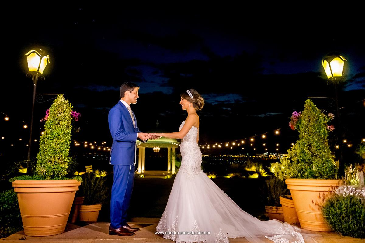 Lindos, posando para fotos no lugar que eles escolheram para casar e entrelaçar as suas vidas para sempre, até a eternidade.