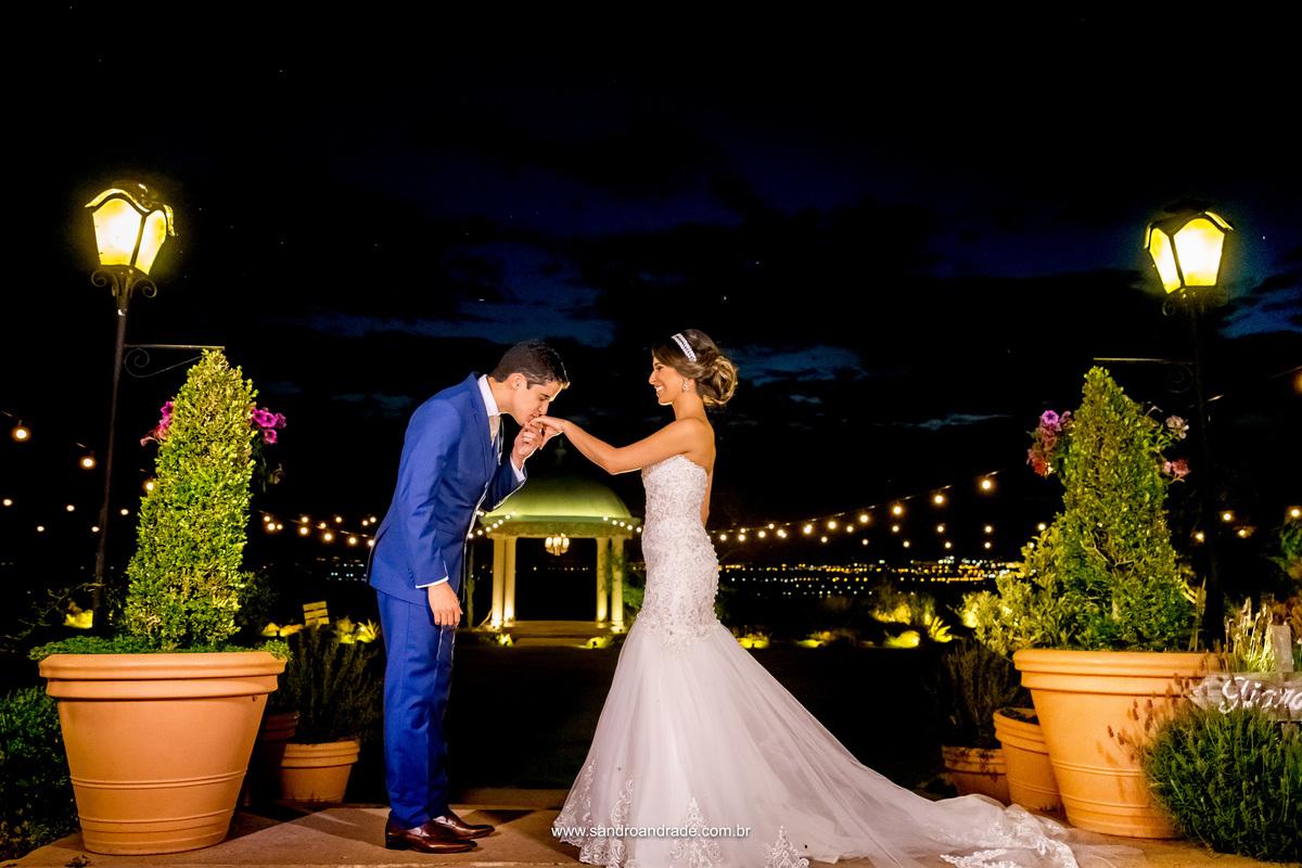 Com um beijo na mão de sua amada noiva ele a aceita por esposa, antes mesmo da cerimonia,