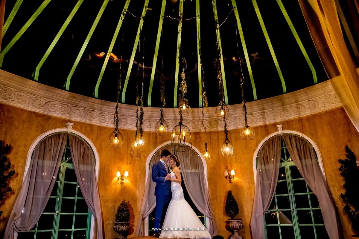 O artista fotográfico Sandro Andrade, consegue em suas imagens retratar o amor dos casais, ternura, carinho e um dom maravilhoso que DEUS lhe deu. Linda fotografia do casal composta pelo teto da Villa e os lustres, ele colocou o casal em cima da mesa. rs