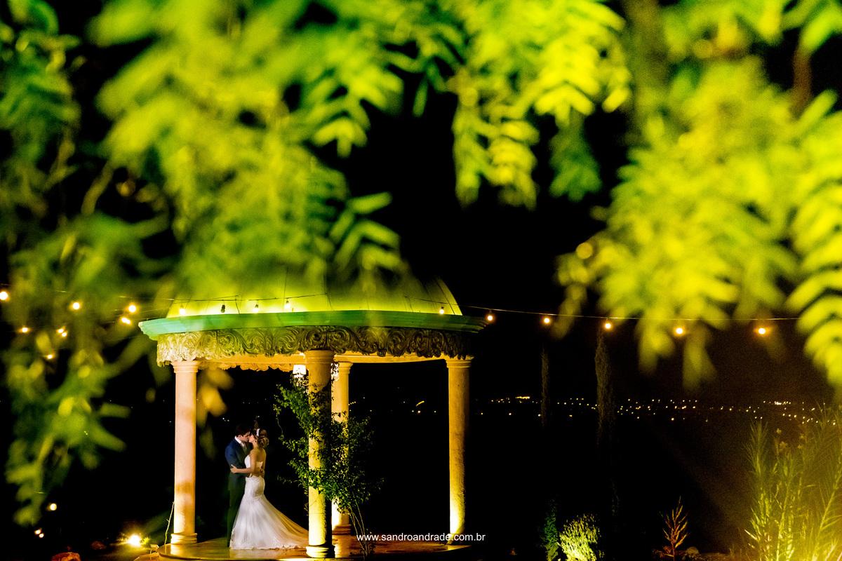 Com esta belissima fotografia encerramos o ensaio da prévia de noiva de Milena, onde seu noivo chegou de surpresa. Com um beijo cheio de amor, de longe Sandro fotográfa eles no gazebo, compondo esta linda fotografia com lindas folhas da árvore.