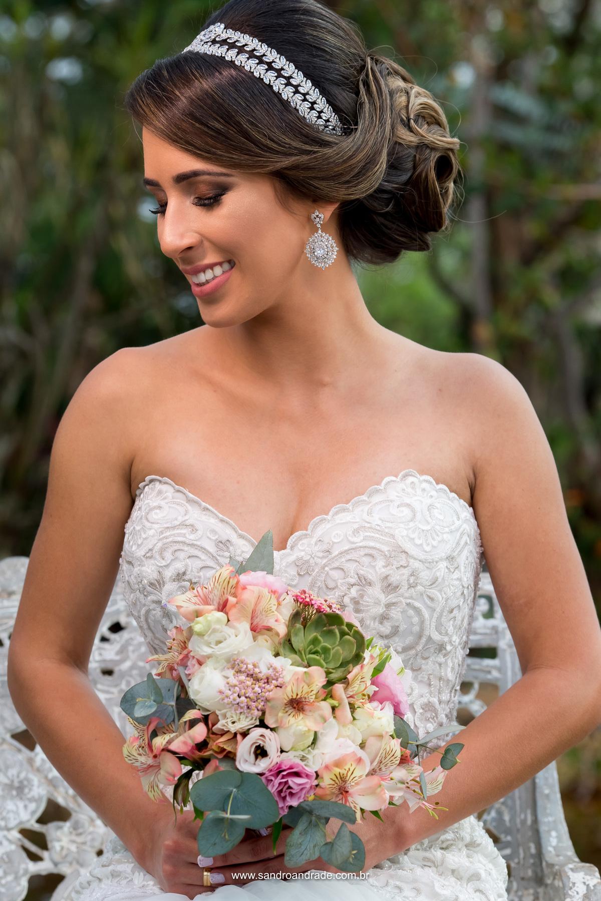 Sorriso lindo da noiva e seu lindo buque.