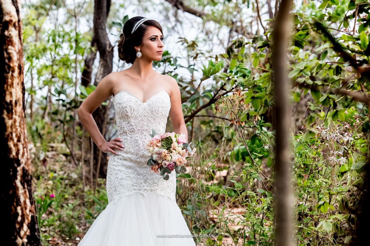 No meio da mata da Villa, um belo contraste, o rustico e a beleza de uma noiva bonita e bem vestida.